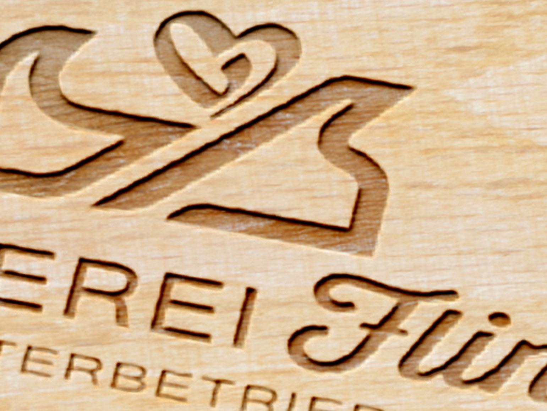 Eingebranntes Logo des Tischlermeisters Flindt - Hobel mit herzförmiger Späne