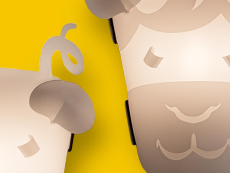 zwei Kinderlampen in Tierform auf gelbem Hintergrund