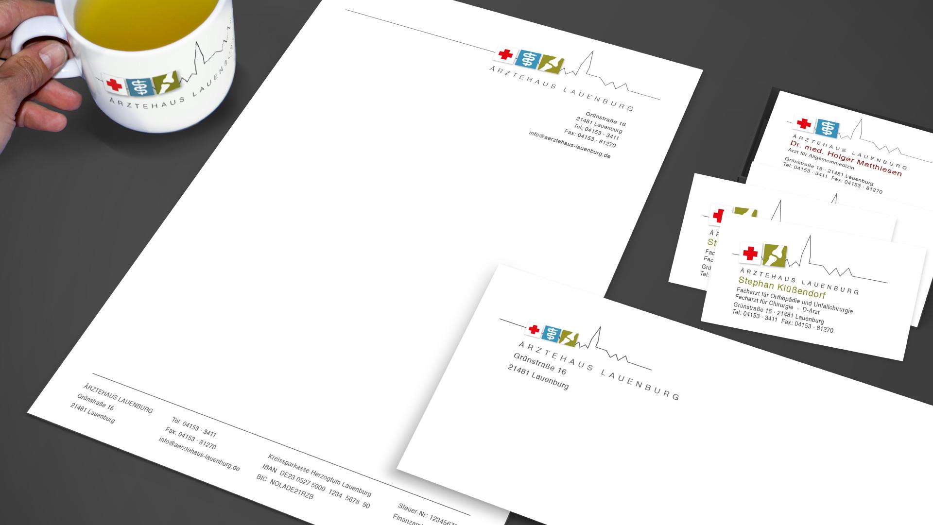 Briefpapier, Visitenkarten und bedruckter Becher des Ärztehaus Lauenburg