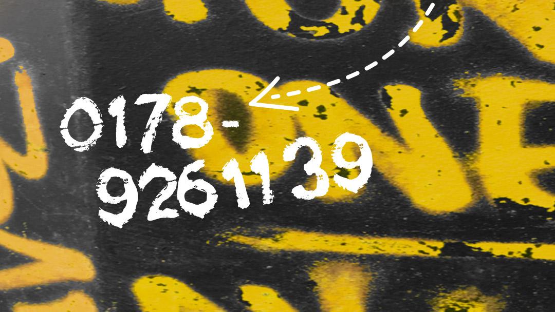 Graffiti Hintergrund mit gelber Schrift, davor in Weiß die Telefonnummer 0178 926 1139