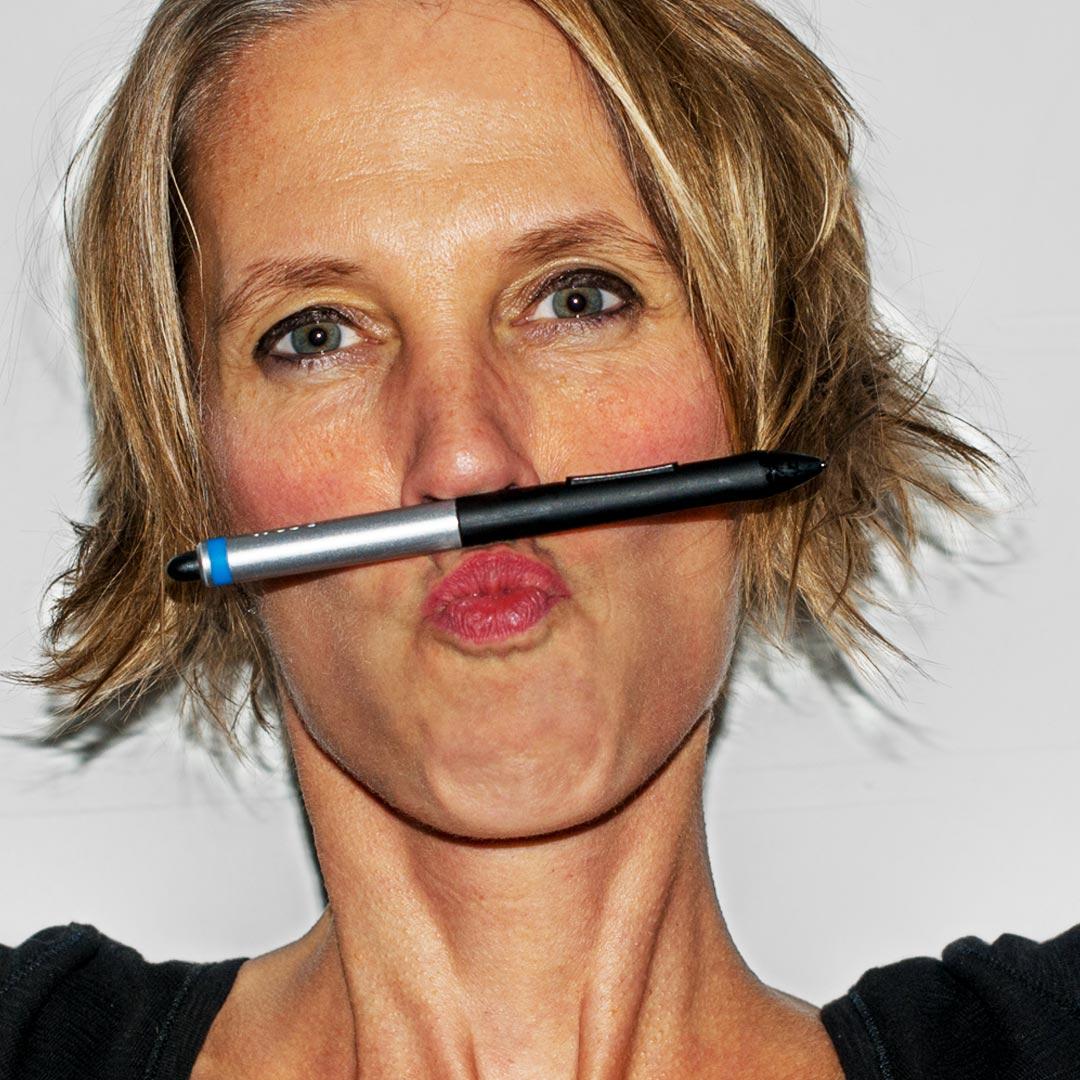Portrait Inken Webler mit zwischen Mund und Nase eingeklemmtem Wacom-Tablet_Stift
