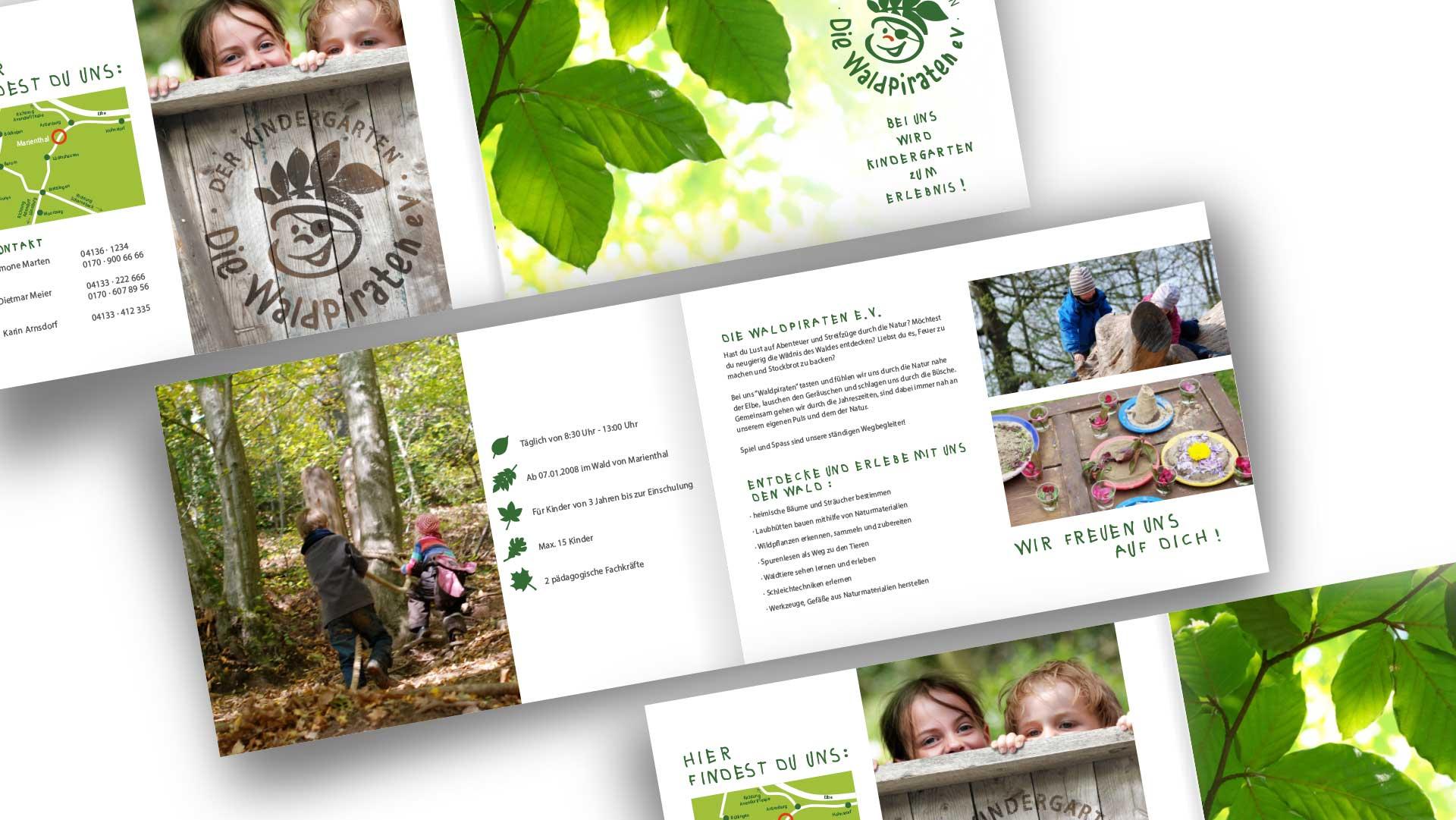 Innenseite der Informationsbroschüre des Kindergartens Die Waldpiraten mit Fotos im Wald spielender Kinder sowie informativem Text
