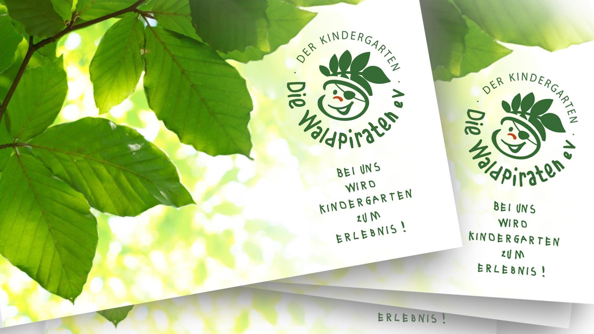 Vorderseite der Informationsbroschüre, darauf lichtdurchflutete Blätter, davor das Logo des Kindergartens Die Waldpiraten
