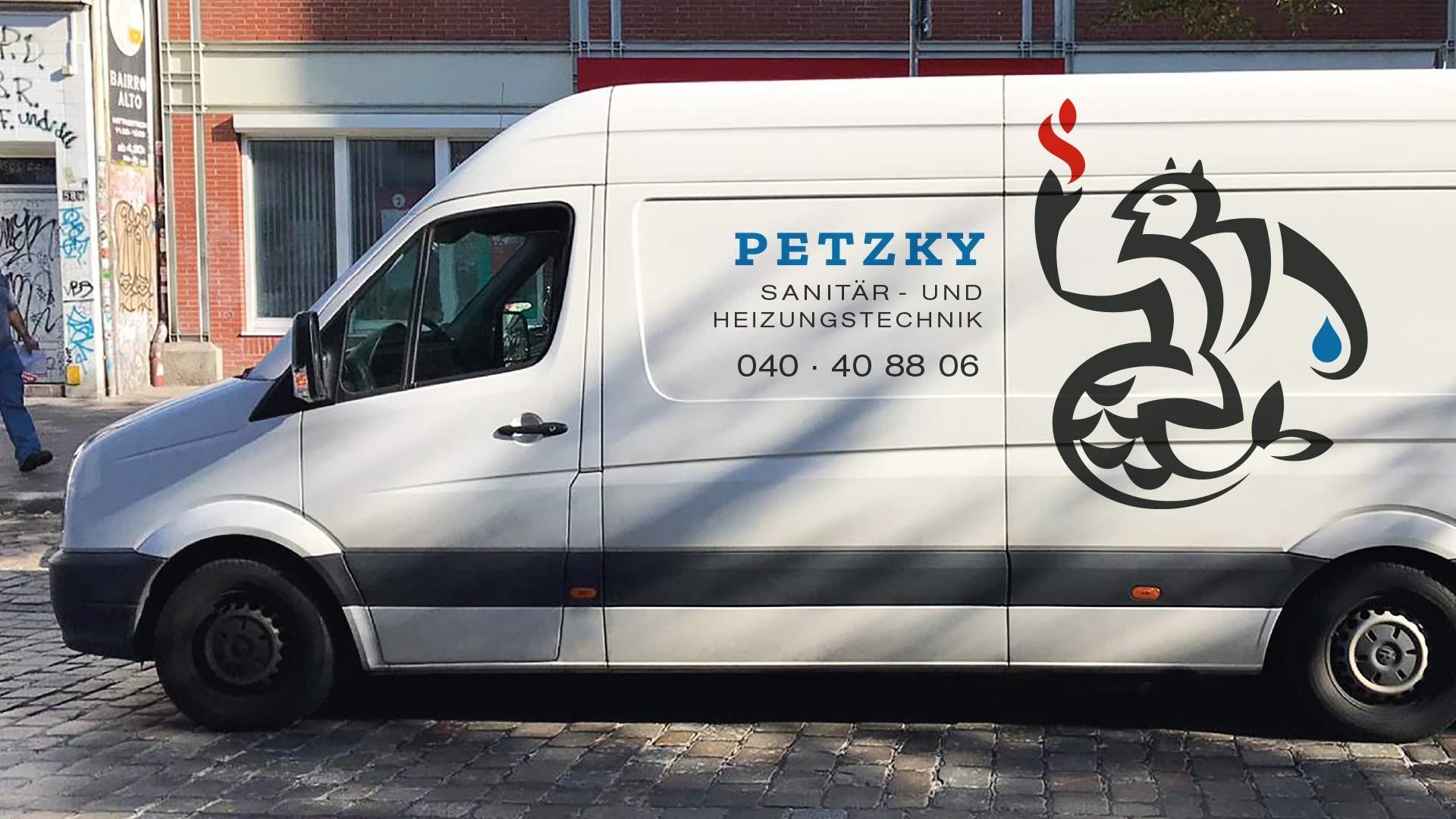 beschriftetes Auto der Firma Petzky Sanitär- und Heizungstechnik in einer Hamburger Straße