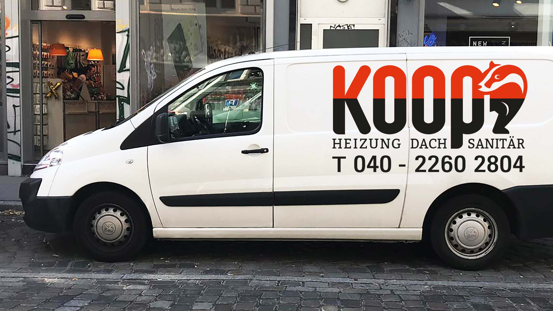 Logo Schriftzug Koop mit einem Dachs auf einer Autoseite
