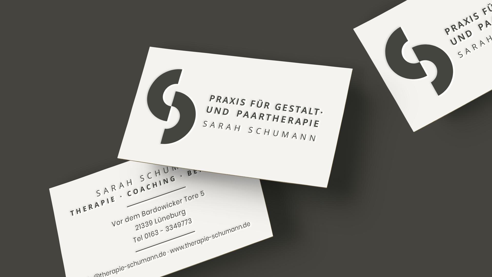 Vorder- und Rücseite der Visitenkarten Therapie Sarah Schumann