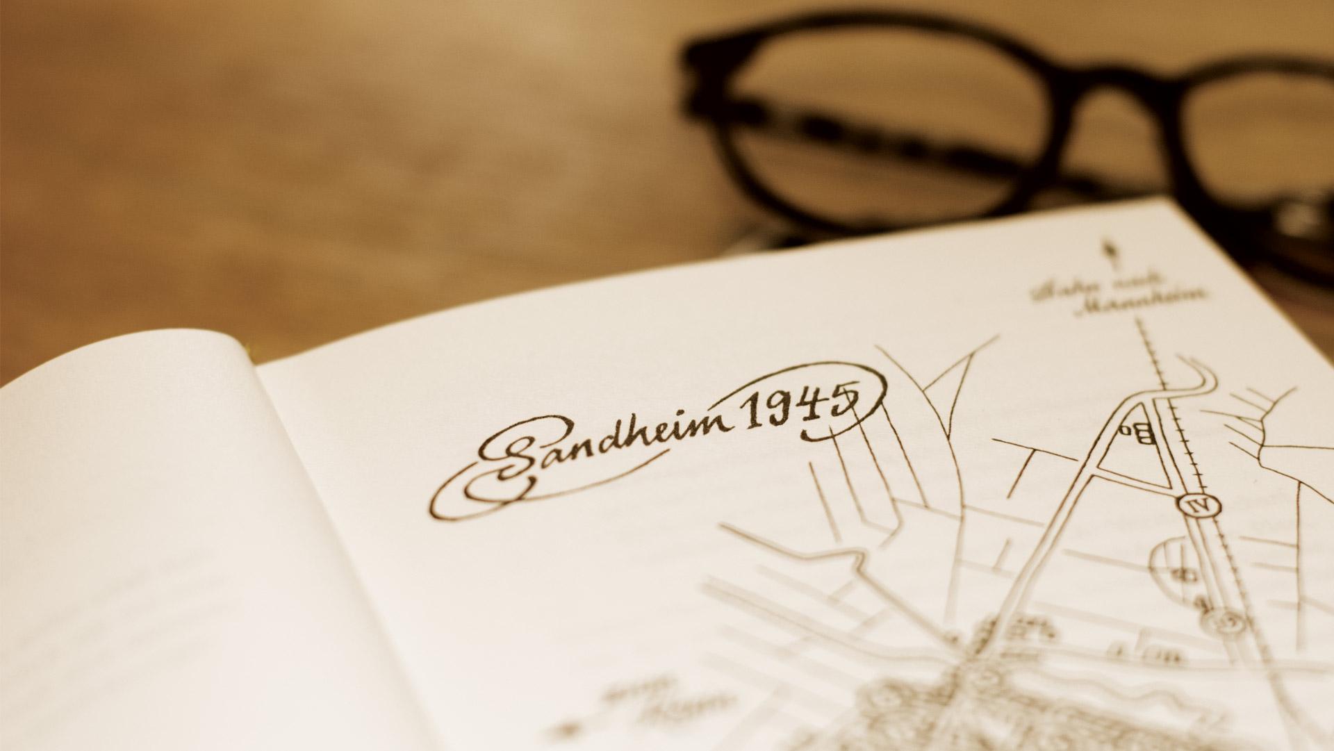 Aufgeklappte Buchseite mit einem Anschnitt der Illustration Sandheim 1945