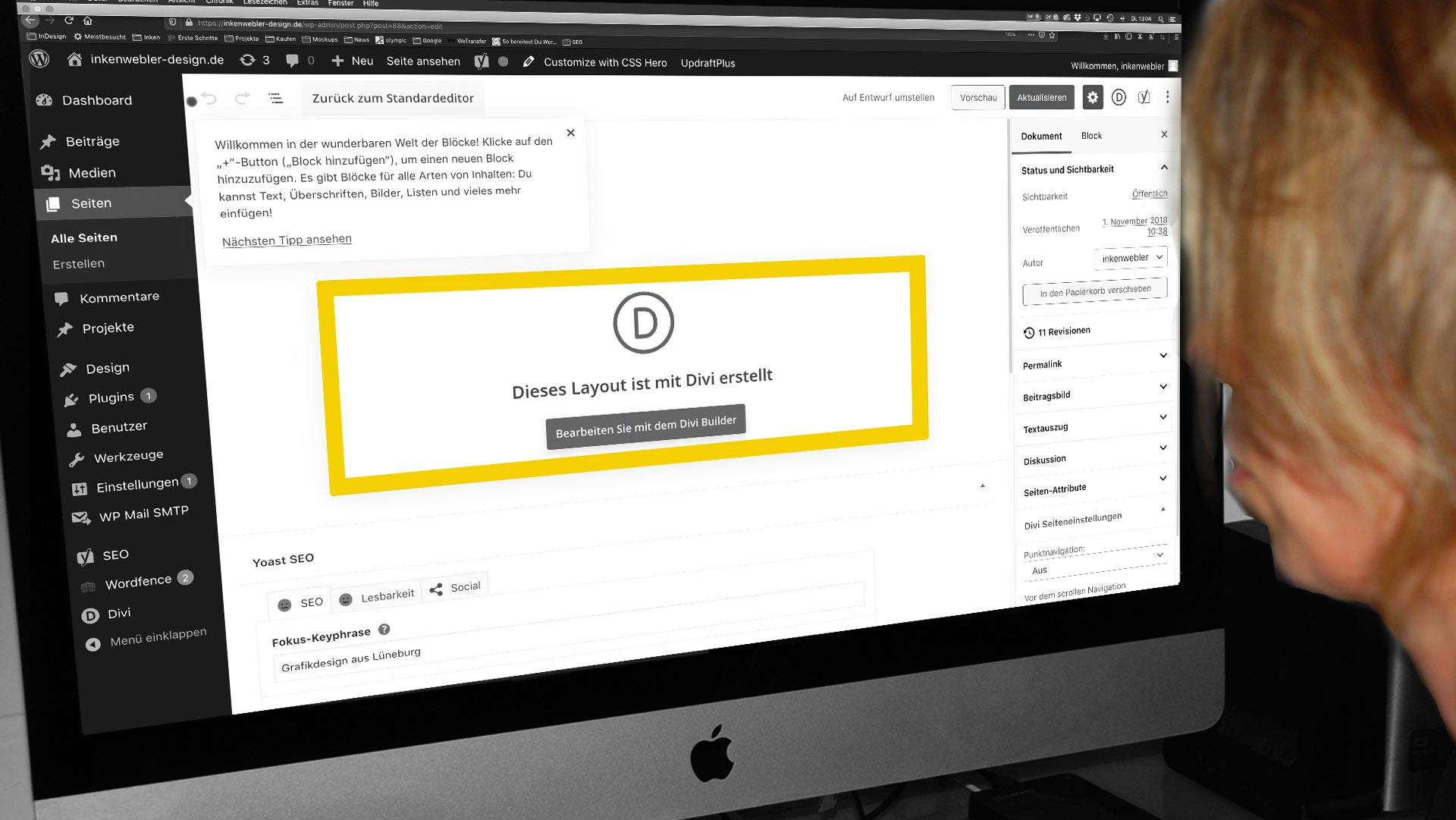 Foto von Inken Webler vor dem Bildschirm, auf dem die Arbeitsfläche zur Erstellung einer Webseite zu erkennen ist