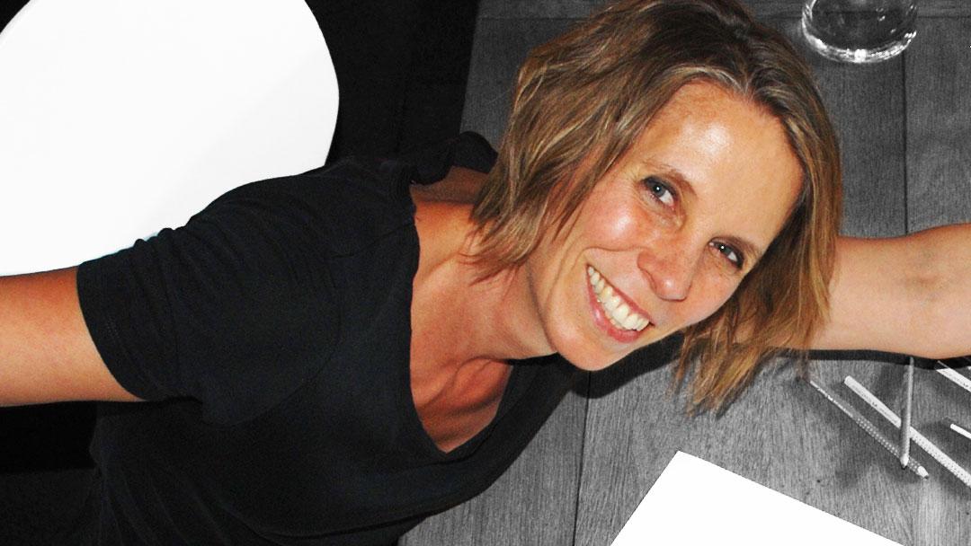 Portrait Inken Webler mit vor Freude in die Luft gestreckte Arme